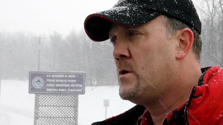 Bradley Birkenfeld escucha la pregunta de un reportero antes de entregarse a las autoridades de la Institución Correccional Federal del condado de Schuylkill en Minersville (Pensilvania), el 8 de enero del 2010