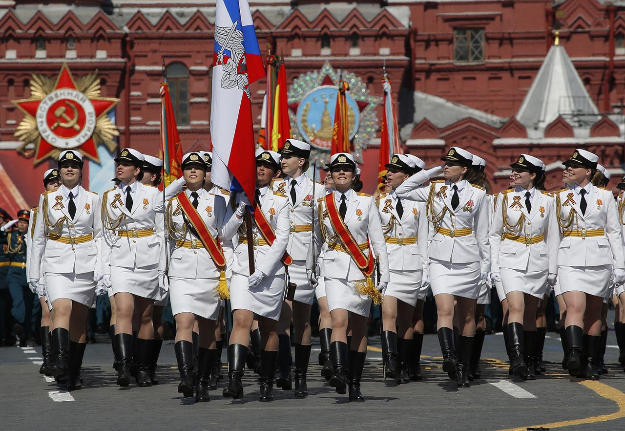 Cadetes de la Academia Militar Femenina Jruliov participan por primera vez en el desfile de la Plaza Roja de Moscú por el 71.º aniversario de la victoria en la Segunda Guerra Mundial. 9 de mayo de 2016